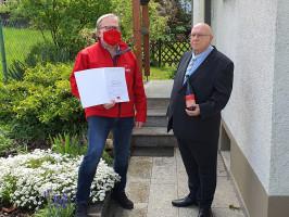 (Wolfgang Gummert (rechts) erhält die Urkunde mit Ehrennadel von Peter Stoll)