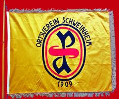 Nach dem Verbot der deutschen Sozialdemokratie durch das NS-Regime erfolgte nach dem 2. Weltkrieg am 7. Oktober 1946 die Neugründung des SPD Ortsvereins. Hier ist die Traditionsfahne der SPD Schweinheim zu sehen.