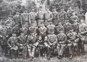 Schweinheimer Reichsbanner auf der Weickertswiese ca. 1925. Darunter viele SPD Ortsvereinsmitglieder. Der Verband sollte dem Schutz der Weimarer Republik gegen ihre radikalen Feinde dienen und wurde von den drei Parteien der Weimarer Koalition gegründet.