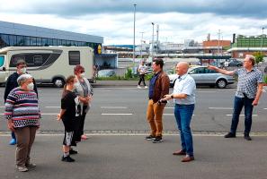 Eric Leiderer, Manuel Michniok und Peter Stoll im Dialog mit den Anwohner*innen
