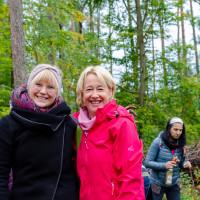 (von links: Sonja Preuß und Martina Fehlner beim Pflanzen für den Klimawandel)