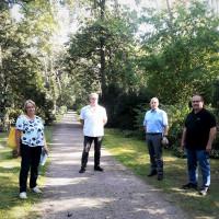 (von l.: Birgit Schmidt, Peter Stoll, Eric Leiderer und Martin Völker beim Ortstermin im Waldfriedhof)